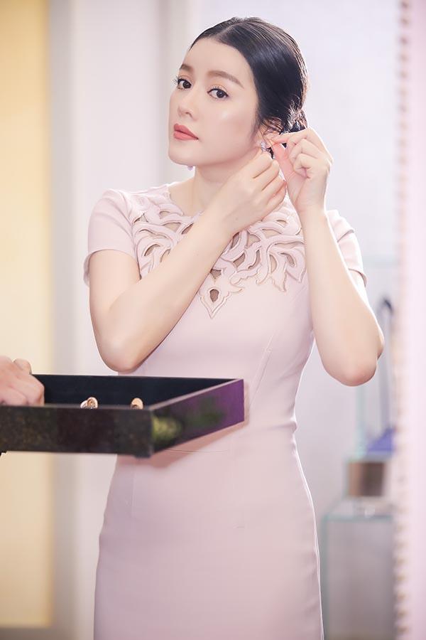 Trong lần xuất hiện này, cựu Đại sứ du lịch Việt Nam diện bộ váy coctail thanh lịch, màu hồng tinh tế của thương hiệu Zuhair Murad.