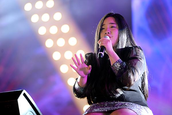 Vân Anh - team Mỹ Tâm tại The Voice 2015 khoe giọng hát đầy nội lực khi trình bày ca khúc Yêu mình anh.