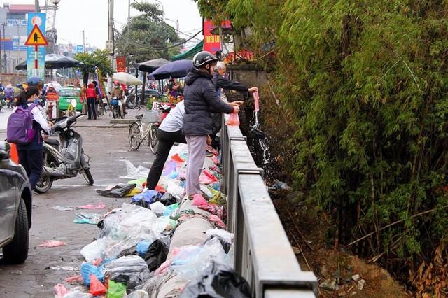 Cả đống túi nilon chồng chất trên cầu Diễn