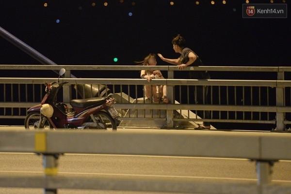 Những hành động khá nguy hiểm của các cặp đôi trên cầu Nhật Tân.