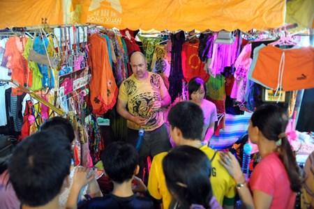Trai Tay ban do choi tre em o via he Ha Noi