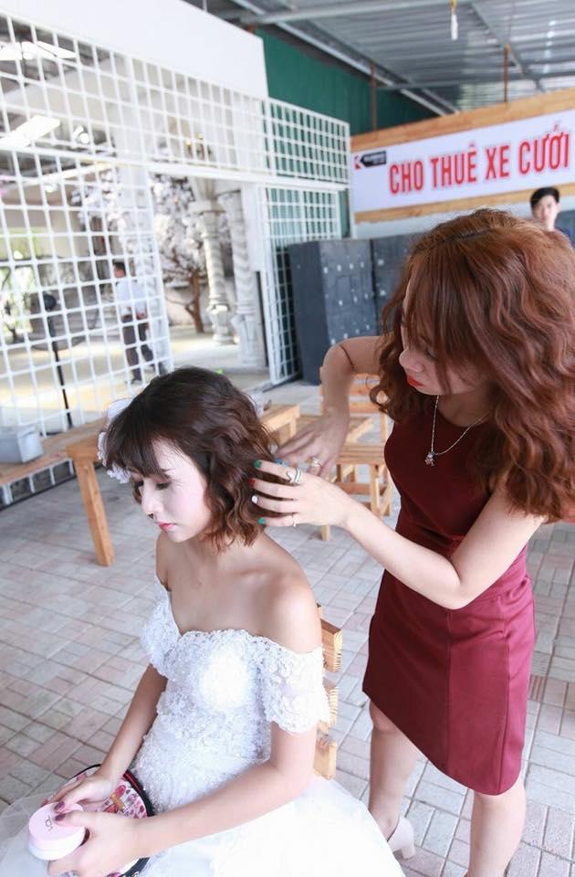 Hình ảnh Thảo Nguyễn đang nhiệt tình trang điểm cho Quỳnh Anh dù mặt hot girl này trông khá lạnh lùng.