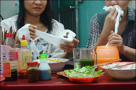 Những đồ dùng đầy hóa chất nguy hiểm ngay trên bàn ăn người Việt