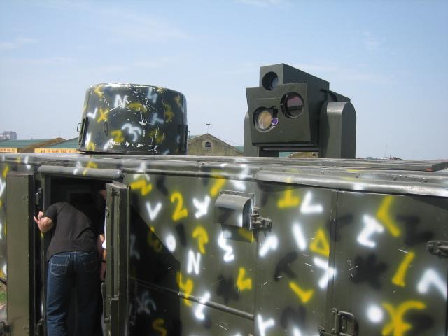 Cận cảnh thiết bị bám bắt quang tuyến của xe chỉ huy thuộc đại đội pháo phòng không 37 ly 2 nòng đánh đêm bán tự động.