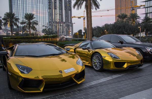 Những chiếc ô tô mạ vàng thế này xuất hiện nhan nhản ở Dubai.