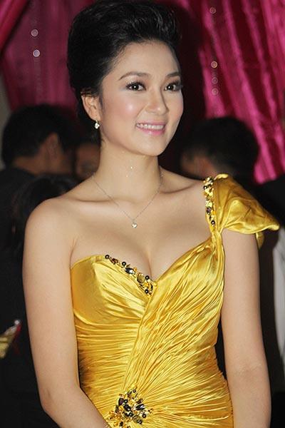 Thế nhưng sự kết hợp hài hòa đầu tóc, trang phục, phụ kiện, make-up khiến Nguyễn Thị Huyền luôn tỏa sáng,
