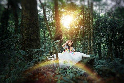 Công chúa dễ thương chào hoàng hôn khuất lấp trong rừng già.