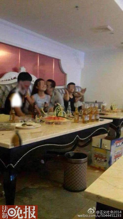 Hình ảnh Trần Nghị Đông vui vẻ với tiếp viên trong phòng karaoke đã bị tung lên mạng xã hội Trung Quốc.