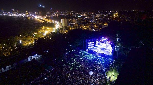 Tối 29/11, hơn 20 nghìn khán giả trẻ đã có mặt tại trường Đại học Nha Trang để thưởng thức tour xuyên Việt Ngày hội xanh.