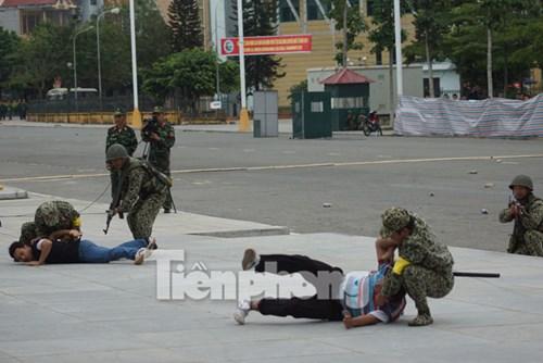 Lực lượng đặc công đánh bắt, tiêu diệt nhanh, chính xác những tên chỉ huy cầm đầu, phần tử côn đồ gây biểu tình, bạo loạn.