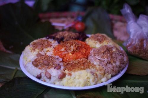 Các loại gạo nếp Tú Lệ, nếp Điện Biên... được người bán đồ thành xôi cho khách hàng nếm thử.