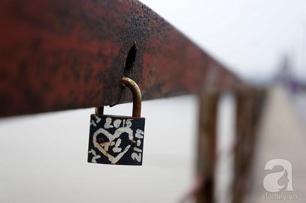 Một bảo vệ cầu Long Biên cho biết, thời gian trước, cầu Long Biên chi chít những khóa tình yêu như thế này, nhưng sau đợt sửa chữa, trùng tu mới nhất trong năm 2015, nhiều ổ khóa đã được cắt bỏ, giải phóng sức nặng cho câu cầu. Dẫu vậy, các bạn trẻ vẫn không ngừng ngoắc thêm những ổ khóa tình yêu lên thân cầu.