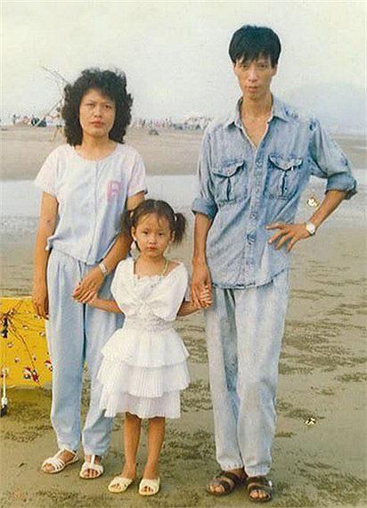 Ảnh Mai Phương Thúy chụp cùng bố mẹ khi còn nhỏ