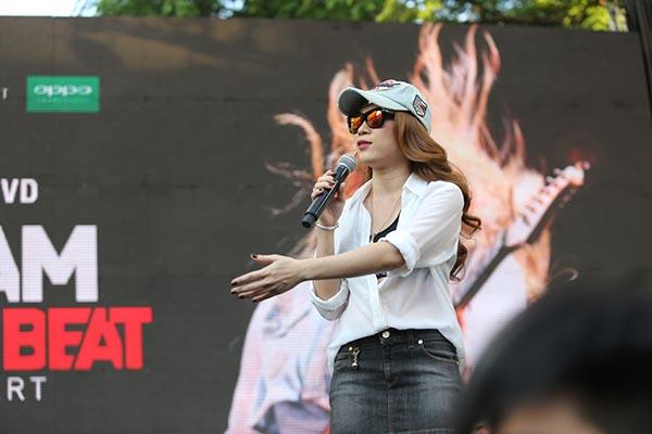 Chiều 22/04, Mỹ Tâm đã có buổi kí tặng DVD liveconcert Heartbeat tại nhà Văn hoá thanh niên, TP. Hồ Chí Minh.