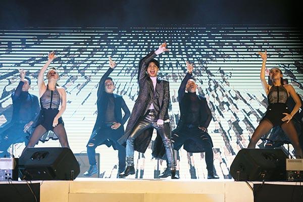 Noo Phước Thịnh mang tới Đại nhạc hội những màn trình diễn sôi động, đầu tư kĩ lưỡng khi thể hiện loạt ca khúc: Gạt đi nước mắt, Hold me tonight, Xa em...