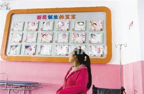 Khi bị cảnh sát dẫn tới bệnh viện để kiểm tra, bà mẹ trẻ chốc chốc lại nhìn lên hình các em bé treo trên tường.
