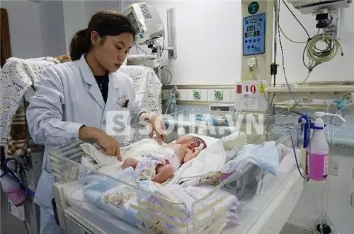 Em bé đang được điều trị tích cực