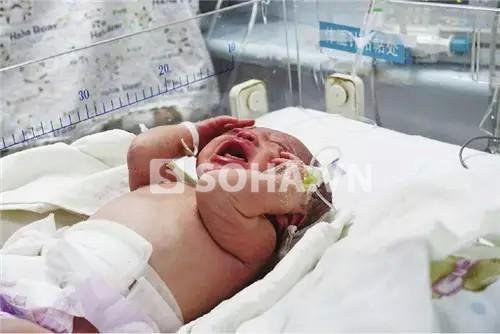 Em bé tội nghiệp bị mẹ vứt cạnh bệ xí