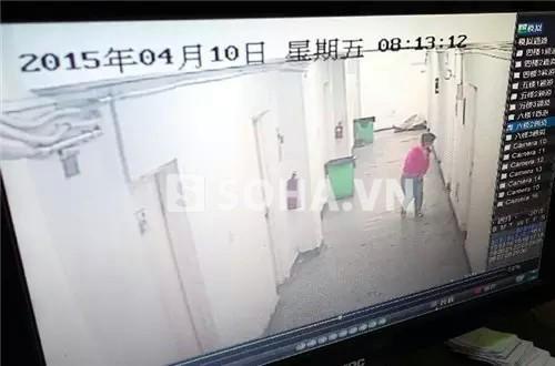 Hình ảnh camera ghi lại được lúc Tiểu Anh đau bụng chạy vào nhà vệ sinh