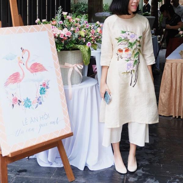 Trong lễ hỏi của mình, Thu Vân cũng từng diện một bộ áo dài cách điệu rất độc đáo.