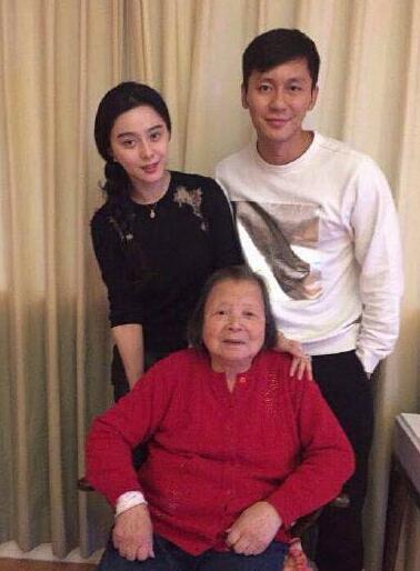 Phạm Băng Băng và Lý Thần chụp ảnh bên bà ngoại của nam diễn viên.