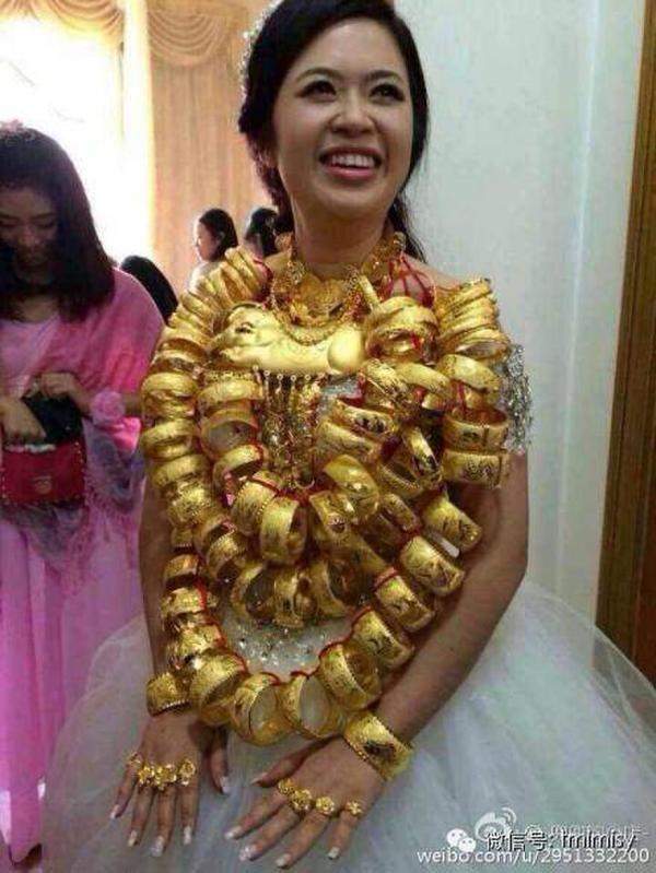 """Cũng vào cuối năm 2014, người dùng mạng Trung Quốc lại liên tục truyền tay nhau những hình ảnh về đám cưới của """"cô dâu vàng"""" có gương mặt bầu bĩnh, phúc hậu."""