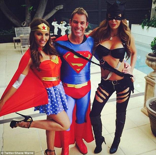 VĐV cricket Shane Warne đón năm mới với đồ siêu nhân