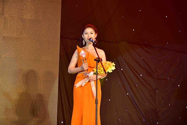 Ngọc Thanh Tâm nghẹn ngào, xúc động khi nhận giải thưởng lớn.
