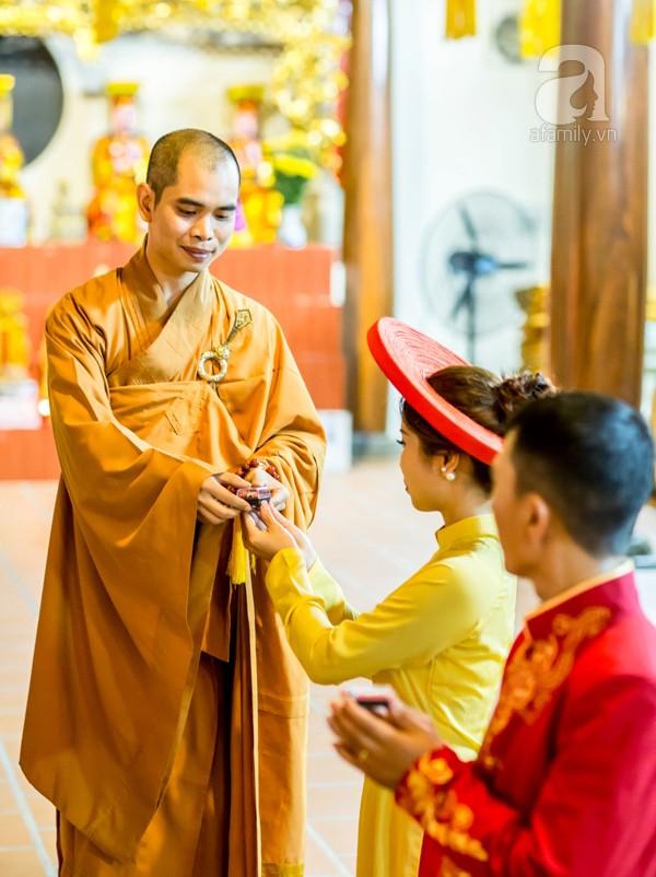 Tại đây, hai vợ chồng không chỉ được trụ trì chùa Thích Trí Thịnh giảng về tình nghĩa vợ chồng làm sao để hòa thuận, luôn vui tươi, hạnh phúc và con đàn cháu đống. Sau những lời giảng đầy ý nghĩa, đích thân thầy trụ trì ban phước cho hai vợ chồng theo nghi lễ Phật giáo.