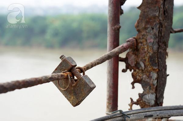Có những vết tích tình yêu đã cũ mòn chẳng kém những tà - vẹt sắt của thành cầu.