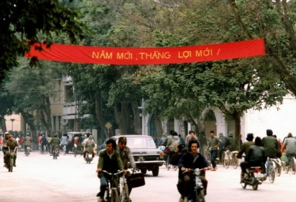 Khẩu hiệu trong những ngày đầu năm mới trên đường phố.