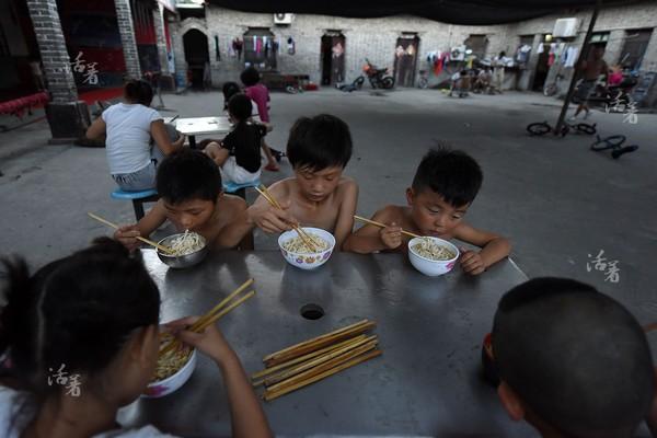 Luyện tập vất vả là vậy nhưng bữa ăn của các học viên ở đây lại vô cùng thiếu dưỡng chất.