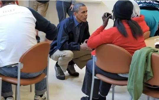 Tư thế ngồi không xổm của Tổng thống Mỹ Barack Obama.
