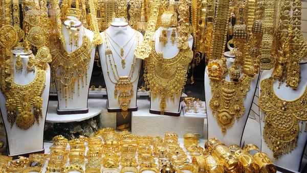 Lóa mắt trước những gian hàng trong khu chợ vàng.