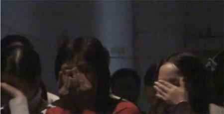 Những người nghe buổi diễn thuyết về bán hàng đa cấp khóc nức nở. Đây là chiêu lấy nước mắt chinh phục lòng người của các diễn giả bán hàng đa cấp. Ảnh: Báo Đất Việt