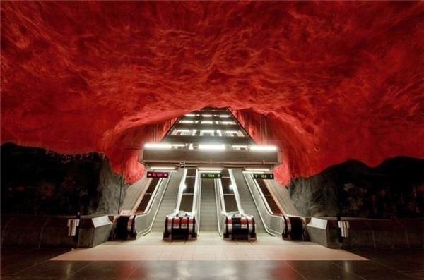 The Metro Stockholm là hệ thống tàu điện ngầm phục vụ thủ đô Stockholm, Thụy Điển . Đây là cửa mở thứ hai để nối nhà ga trung tâm và Gamla Stan.