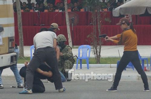 Lực lượng chống khủng bố của Bộ đội Đặc công sử dụng các biện pháp nghiệp vụ tinh nhuệ nhanh chóng tiêu diệt, khống chế nhóm khủng bố trong và ngoài nhà thi đấu.