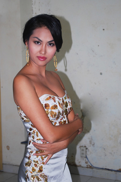 Nhiều lần thay đổi ngoại hình nhưng Phi Thanh Vân vẫn trung thành với phong cách sexy, mát mẻ. Trong suốt 10 năm, Phi Thanh Vân hài lòng với làn da nâu bóng khỏe khoắn.