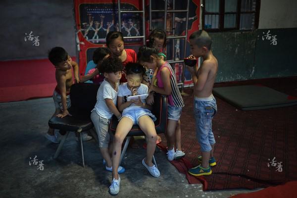 Phút thư giãn của các học viên nhỏ tuổi được dùng vào việc nghiên cứu các buổi biểu diễn.