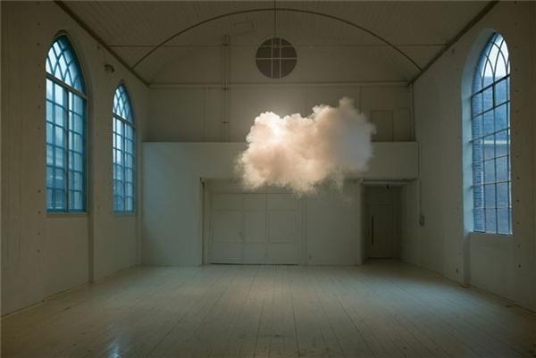 Nghệ sĩ người Hà Lan Berndnaut Smilde sử dụng một máy khói, kết hợp với độ ẩm và ánh sáng mạnh mẽ để tạo ra một đám mây lơ lửng trong nhà.