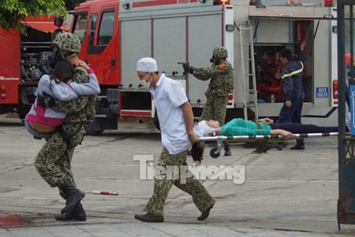 Sau khi tiêu diệt, khống chế bọn khủng bố, các lực lượng nhanh chóng cấp cứu các con tin bị thương vong và sơ tán các con tin khác đến nơi an toàn.