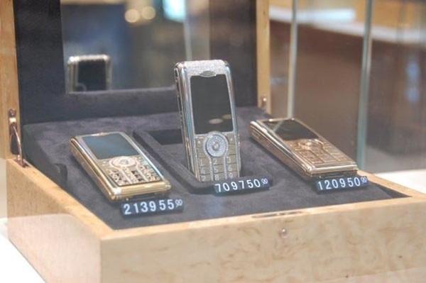 Điện thoại dát vàng và đính kim cương.