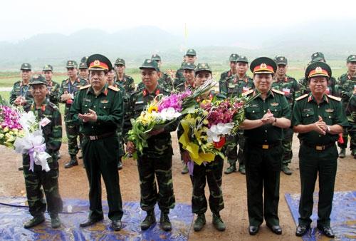 Thủ trưởng Bộ Quốc phòng tặng hoa các đồng chí trực tiếp thực hành bắn trình diễn.