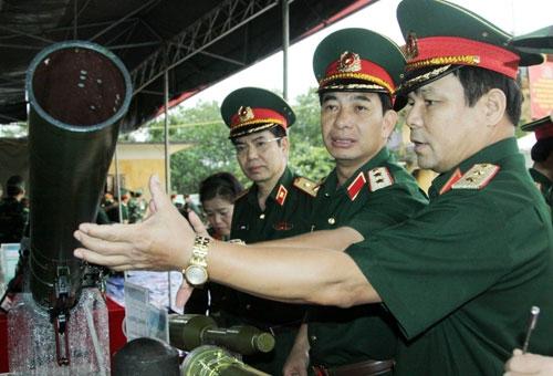 Đại biểu tham quan một trong các loại vũ khí được đưa vào bắn trình diễn lần này.