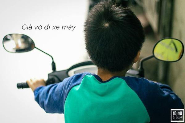 """Cứ khi nào bố mẹ dắt xe máy vào nhà, dựng chân chống xong xuôi, là tớ sẽ bí mật chạy ra và ngồi chễm chệ lên xe như thể mình là một người lớn không hơn không kém. Sau đó, việc đầu tiên là đặt hai tay lên tay ga, vặn lên vặn xuống và tự tạo ra tiếng """"Vèo, vèo""""."""