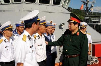 Đại tướngPhùngQuang Thanh động viên cán bộ, chiến sĩ tàu HQ-275.