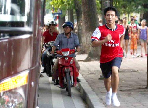 """Khoảnh khắc làm nên một """"running man""""- chạy bộ 5km theo xe Arsenal chiều 16.7.2013"""
