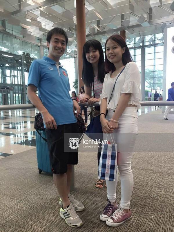Thu Thảo, bạn gái tiền vệ Ngọc Thắng, chụp ảnh cùng HLV thể lực Kudo Shinichi và phóng viên người Nhật Megumi Hata trước giờ khởi hành.