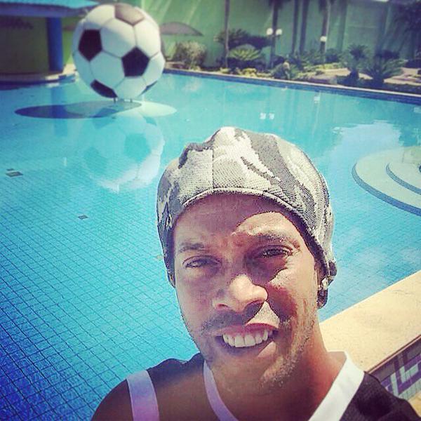 Ronaldinho chia sẻ một bức ảnh khác nữa kèm lời chúc mừng năm mới tới gia đình, bạn bè và NHM