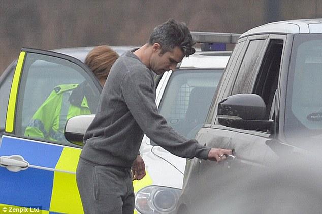 Van Persie được tha bổng sau ít phút nói chuyện với nữ cảnh sát